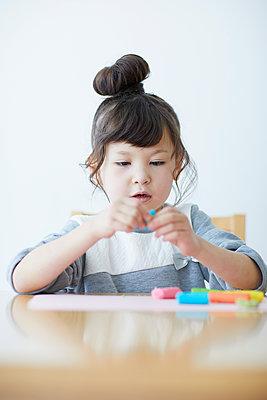 Cute Japanese kid playing with clay - p307m2003749 by Yosuke Tanaka