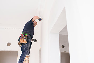 Man renovating room - p312m1495772 by Viktor Holm