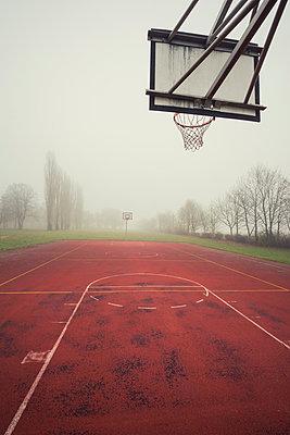 Basketballfeld im Nebel - p330m890868 von Harald Braun