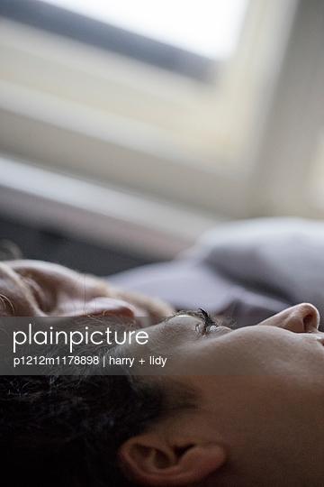 Paar im Bett - nah - p1212m1178898 von harry + lidy