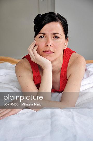 Frau im roten Kleid - p5770433 von Mihaela Ninic