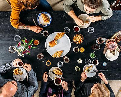 Family has breakfast - p1085m2176770 by David Carreno Hansen