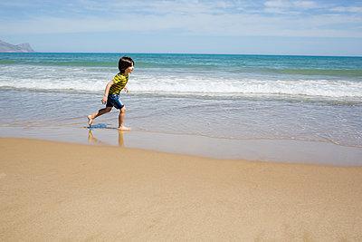 Little boy at the beach - p1623m2278693 by Donatella Loi