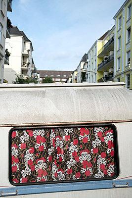 Wohnwagen und eine Gardine mit Totenköpfen - p229m1477307 von Martin Langer