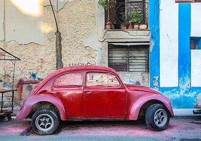 Parked red vintage car, Havana, Cuba - p300m2114271 by hsimages