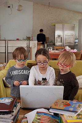 Kinder vor einem Laptop - p445m791268 von Marie Docher