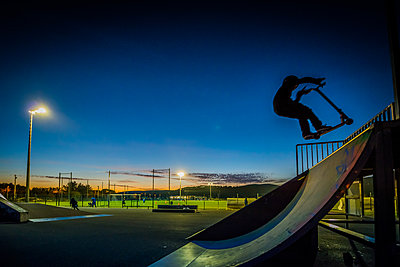 Boy at skate park - p829m972325 by Régis Domergue