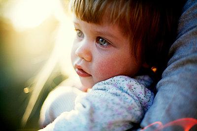 Kleines Mädchen Porträt - p972m1136656 von Felix Odell