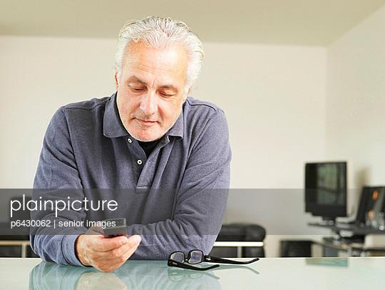 Älterer Mann mit Handy  - p6430062 von senior images