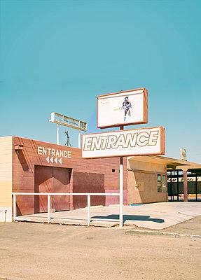 Eingang zu einem Freizeitpark - p1190m1502445 von Sarah Eick