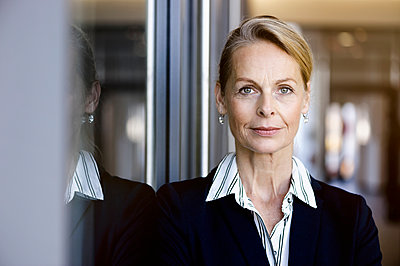 Portrait of businesswoman looking at camera - p429m1578438 by suedhang photography