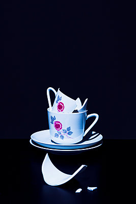 Stack of coffee cups - p1149m2027702 by Yvonne Röder