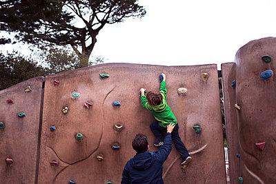 Kind an Kletterwand - p1308m1143567 von felice douglas