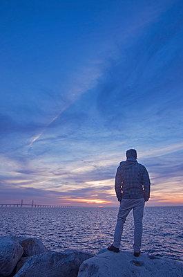 Mann am Meer - p1443m1539239 von SIMON SPITZNAGEL