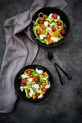Zoodles-Salat (Zucchini) mit Tomaten, gerupften Buffel-Mozzarella und Basilikum - p300m2144040 von Larissa Veronesi
