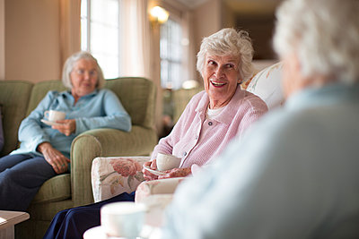 Older Caucasian women talking in nursing home - p555m1305761 by Resolution Productions