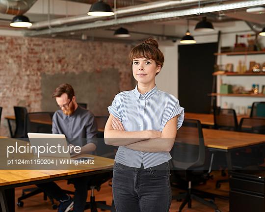 Junge Frau in Startup-Büro - p1124m1150204 von Willing-Holtz