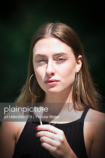 Young woman with lollipop - p1149m2001573 by Yvonne Röder