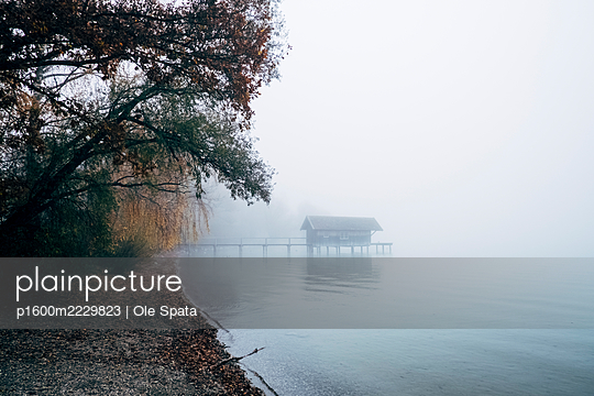 Germany, Bavaria, Inning, Ammersee in the fog - p1600m2229823 by Ole Spata