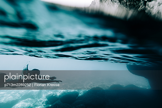 Underwater, woman diving in the Ionian Sea - p713m2289252 by Florian Kresse