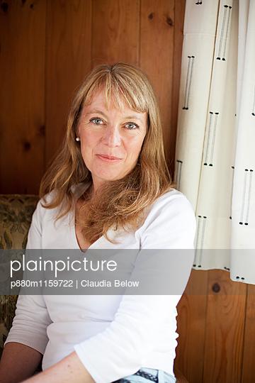 Sympathische Frau zu Hause - p880m1159722 von Claudia Below