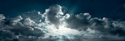 Wolkenbildung - p1370m1445439 von Uwe Reicherter