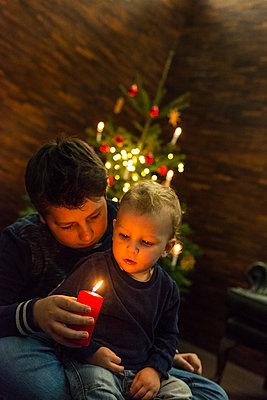 Zwei Kinder feiern Weihnachten - p427m1556434 von R. Mohr