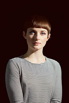 Young Woman with Blunt Fringe and Black Eyeliner - p669m1146553 by Jutta Klee
