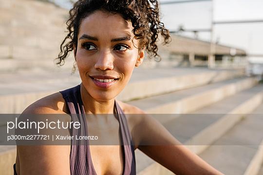 Female sportsperson looking away in sunlight - p300m2277721 by Xavier Lorenzo