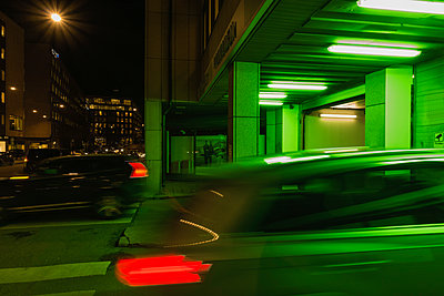 Car in green light - p1418m1572106 by Jan Håkan Dahlström