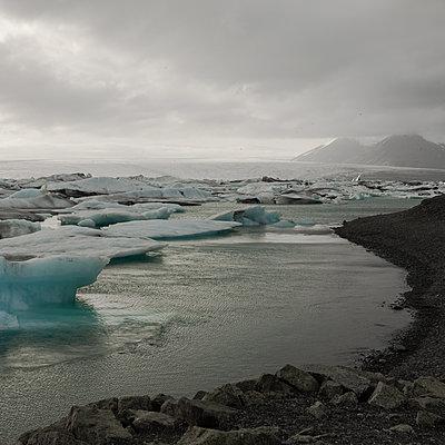 Drift ice offshore at twilight, Iceland - p1624m2195970 by Gabriela Torres Ruiz