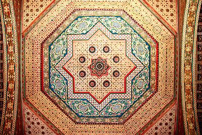 Verzierte Zimmerdecke im Mausoleum in Marrakesch - p754m887017 von Valea Diller-El Khazrajy