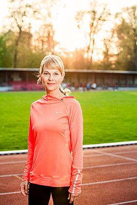 Sportliche Frau - p904m1031369 von Stefanie Päffgen
