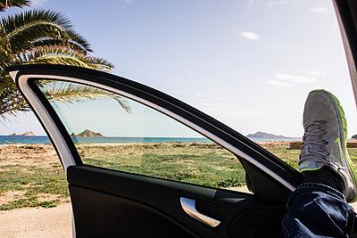 Autofahrer macht eine Pause - p930m1221994 von Phillip Gätz