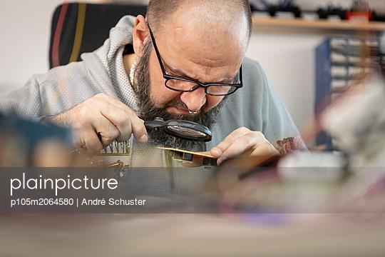Sichtprüfung einer Platine mit Lupe - p105m2064580 von André Schuster