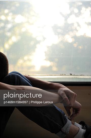 Jugendlicher deprimiert in seinem Wohnwagen - p1468m1584997 von Philippe Leroux