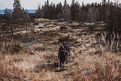 Rear view of hikers - p312m2208104 by Rania Rönntoft