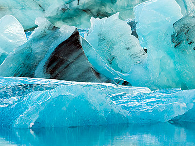 Ice chunks at Glacier Lagoon, Southern Iceland, Iceland - p343m2032461 by Tamboly Photodesign