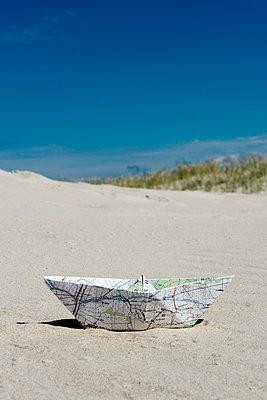 Papierschiffchen - p451m1057379 von Anja Weber-Decker