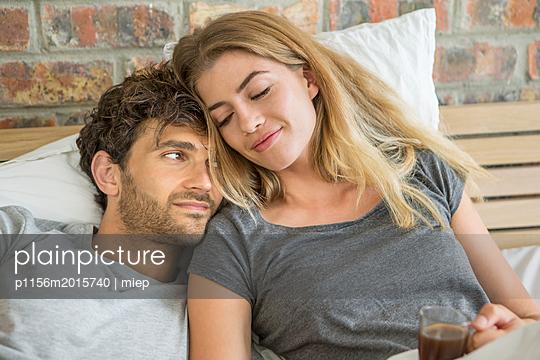 Paar im Bett - p1156m2015740 von miep
