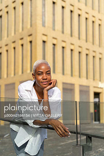 Attractive businesswoman leaning on railing in the city - p300m2166154 by VITTA GALLERY