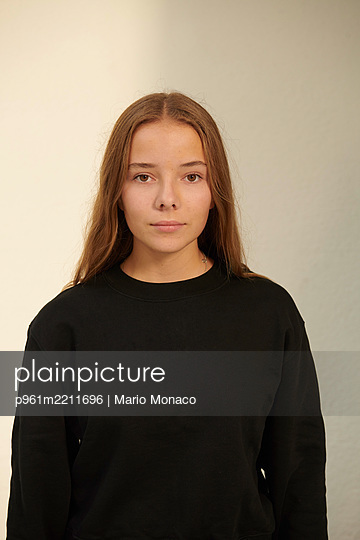 Portrait of teenage girl with long hair - p961m2211696 by Mario Monaco