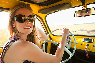 Caucasian woman driving old-fashioned car - p555m1478341 by Jon Feingersh