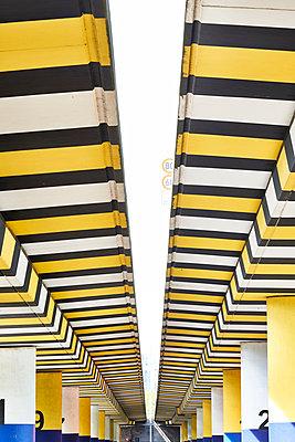 Symmetrisch angeordnete Brückenpfeiler - p587m1155116 von Spitta + Hellwig