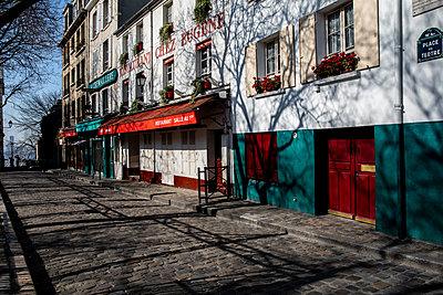 Closed restaurant in Montmartre - p940m2179783 by Bénédite Topuz