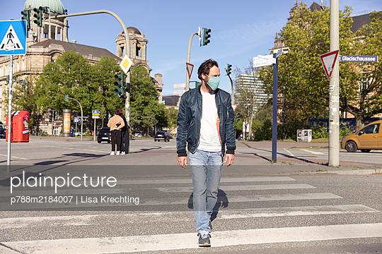 Germany, Hamburg, Man wearing a face mask - p788m2184007 by Lisa Krechting