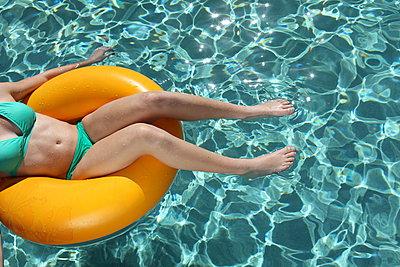 Am Pool - p045m901467 von Jasmin Sander
