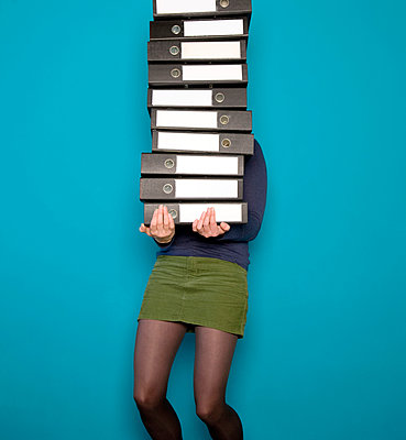 Woman with a huge pile of binders - p1231m1041942 by Iris Loonen