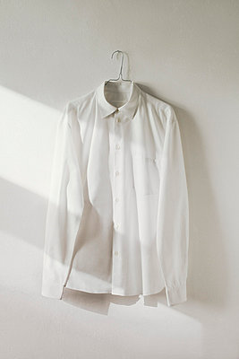 Weißes Hemd - p4380069 von Laura Petermann