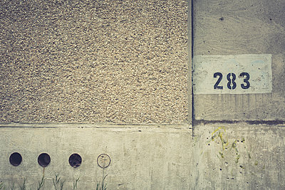 Germany, Elstal, Olympic village, partial view of concrete wall - p300m1175590 by Anke Scheibe